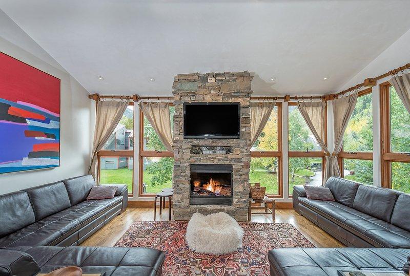 Grote ramen met uitzicht op Telluride heten u van harte welkom in deze Telluride Lodge-accommodatie