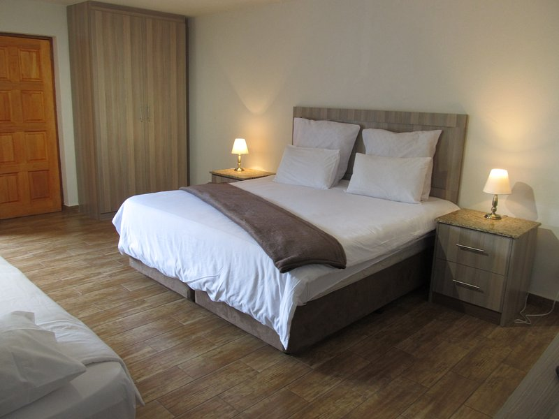 (5) 50 Galena . Affordable Luxury. Spacious Room, location de vacances à Krugersdorp