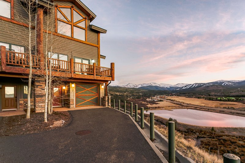 End condo for extra privacy and pristine views