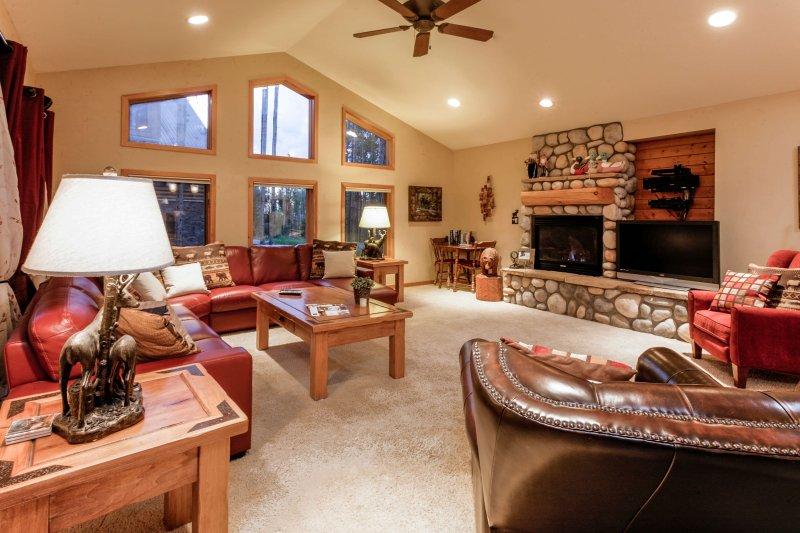 Warme en uitnodigende woonkamer met gaskachel en grote tv