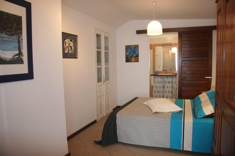 Sovrummet South Blå med eget badrum. Dubbelsäng väldigt bekväm