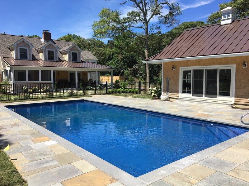Belle piscine d'eau salée chauffée, bain à remous et cuisine extérieure.