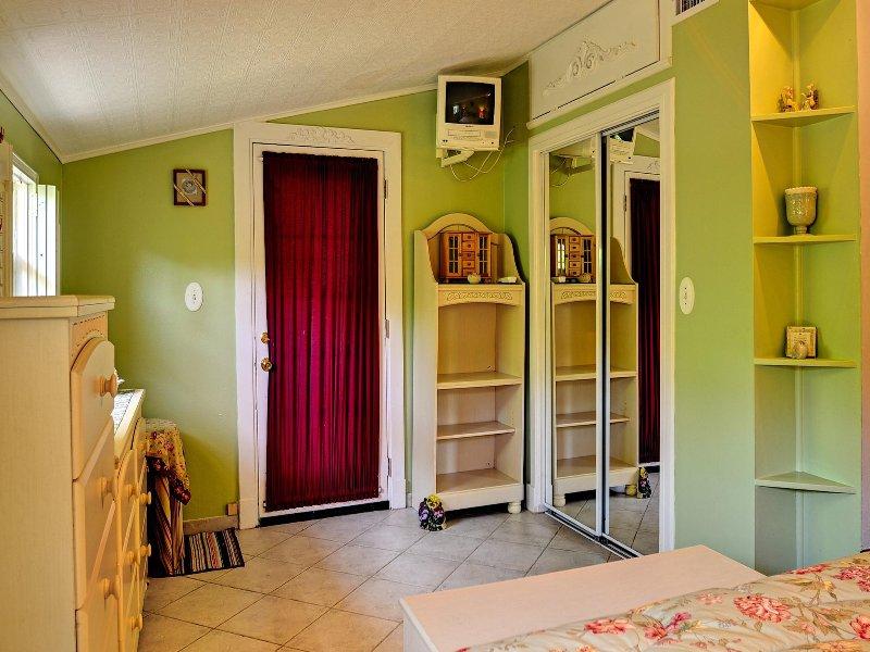 Volledig ingerichte slaapkamer heeft toegang aan de buitenzijde