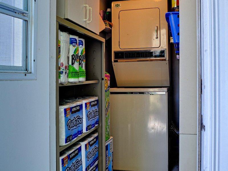 In-unit wasmachine en droger en toiletartikelen voorraadkamer