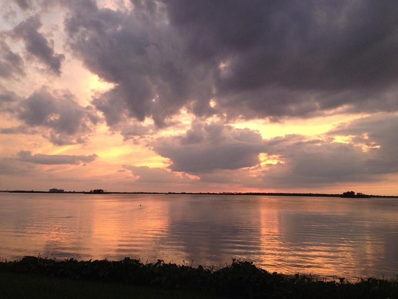 Bekijk opmerkelijke zonsondergangen vanuit het dok of het gazon