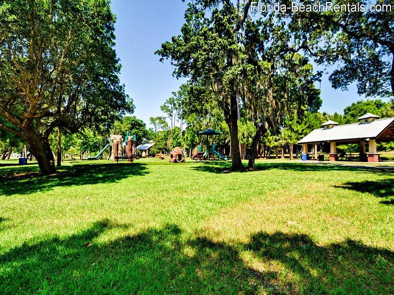 Weaver Park met speeltuin en aanlegsteiger ligt aan de overkant van de straat