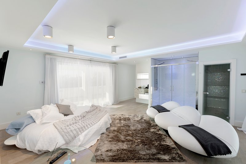 Marbella villa in the Golden mile with Chef and staff on demand, alquiler vacacional en Istán