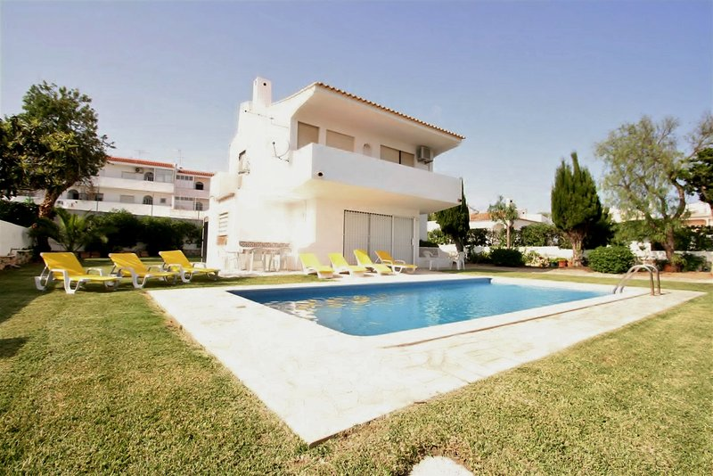 Villa Tres Jotas - 3 Bedroom Detached Villa - Private Pool - Strip Location – semesterbostad i Albufeira