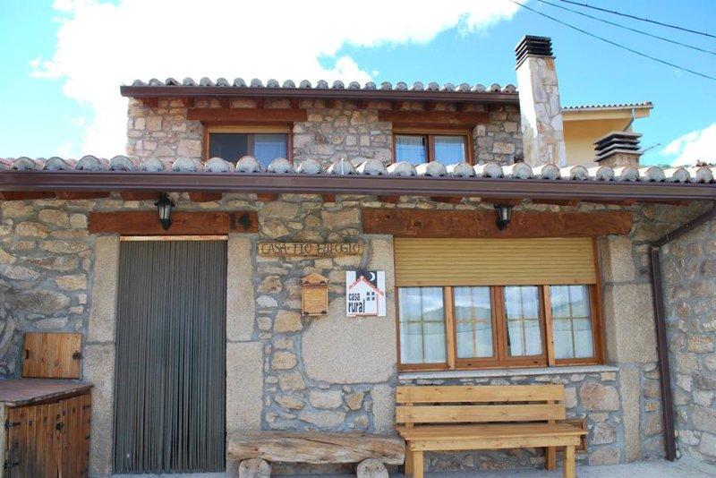 Casa Rural de 120 m2 para 6 personas en Navalperal de Tormes, aluguéis de temporada em Hoyorredondo