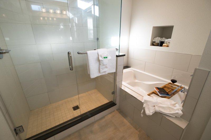 Prenez une douche relaxante ou non WINE-d avec un bain dans la salle de bain privée, maître.