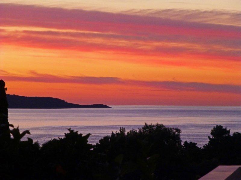 Vue sur la mer, le coucher du soleil depuis la terrasse