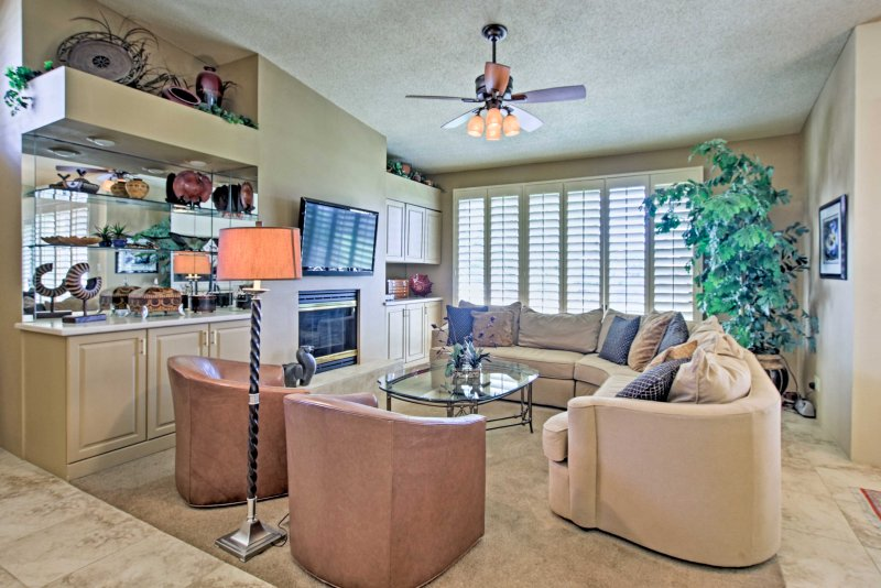 Relajarse viendo sus programas favoritos desde la comodidad del sofá o sillones.