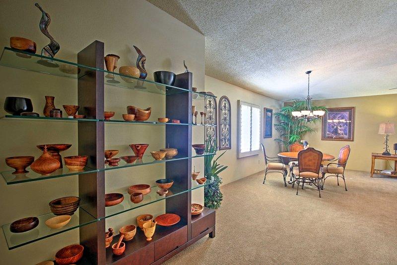 Admire las diversas piezas de cerámica.