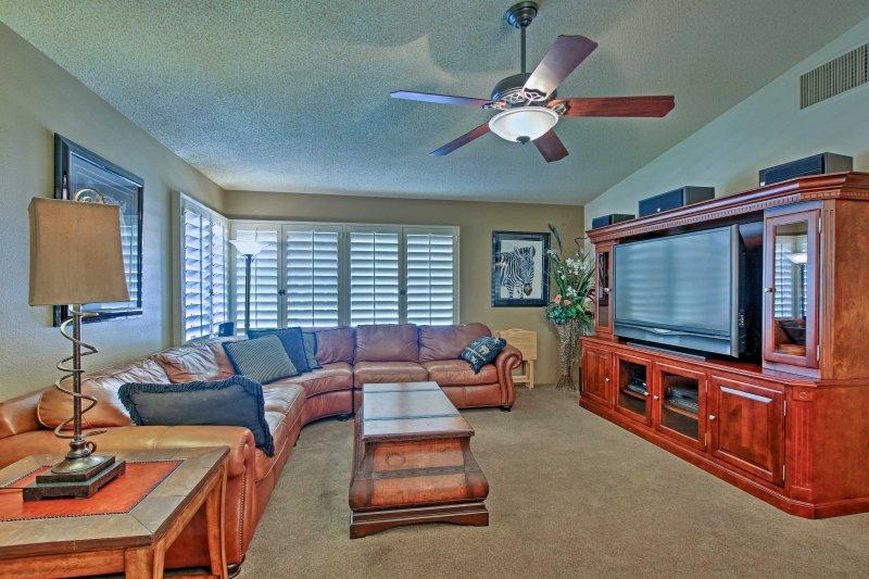 El interior de 2.250 pies cuadrados cuenta con 3 dormitorios y 2 baños.