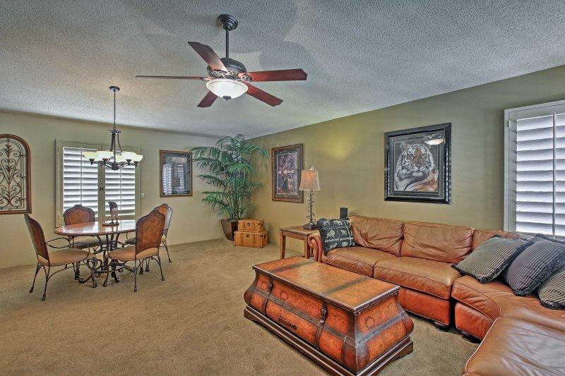 Los espacios cuentan con 2 sofás en forma de L de felpa y mesas de comedor.