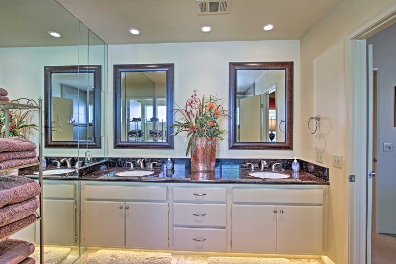 Con los lavamanos de él y ella, este baño es muy fácil de preparar.