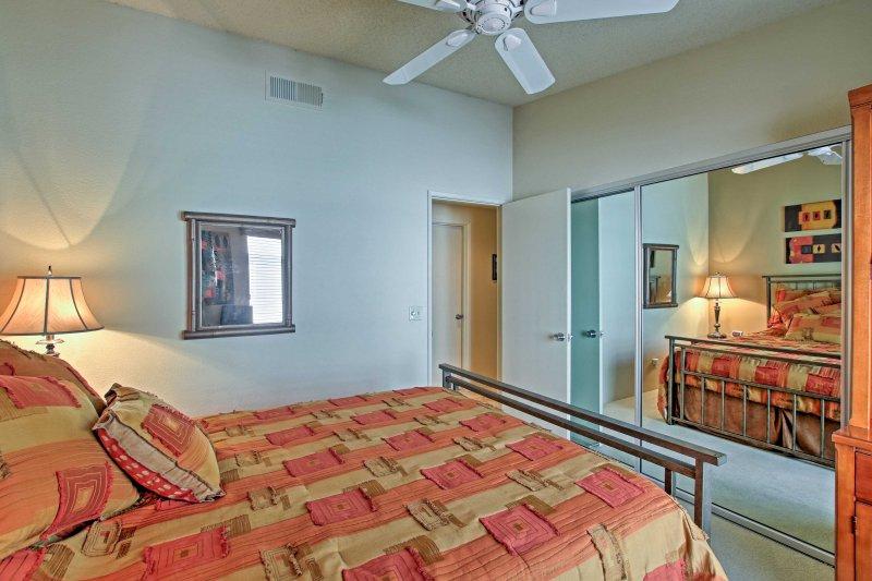 El tercer dormitorio alberga una cama de matrimonio con textura.
