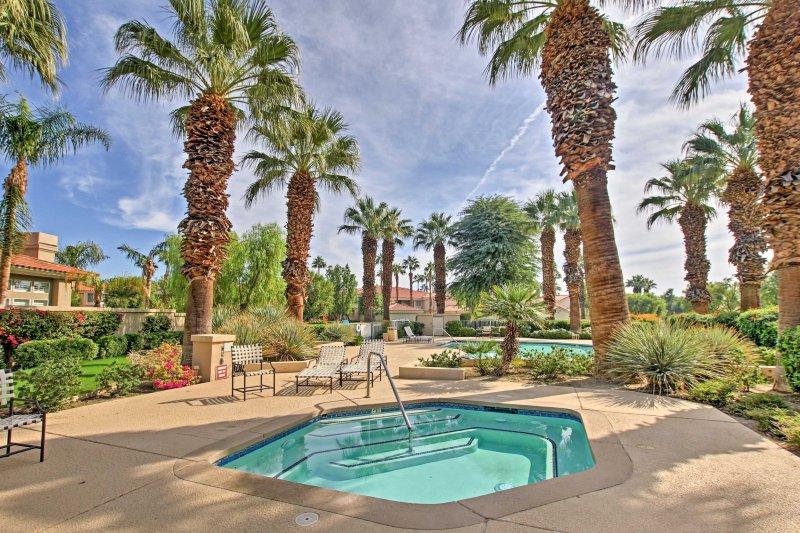 Acceder a cualquiera de las 3 piscinas y jacuzzis en la propiedad!