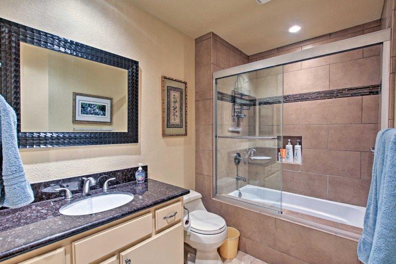 Fácilmente refrescarse utilizando la ducha / bañera combo y artículos de tocador!