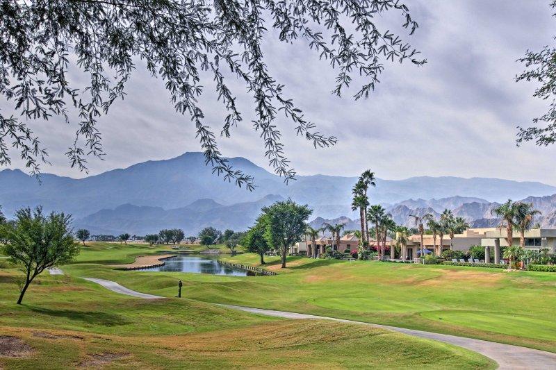 Podrá admirar las impresionantes vistas a la montaña como el golf uno de los 6 cursos!