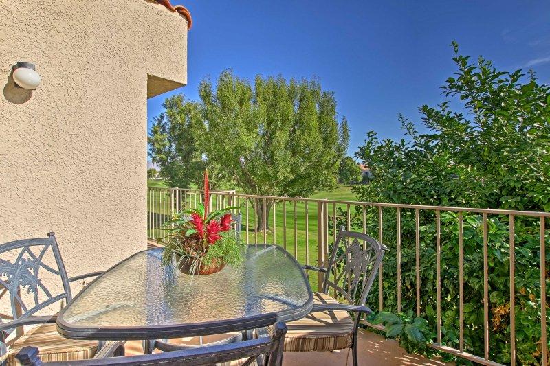 Mirar hacia fuera para al campo de golf mientras se relaja en el balcón.
