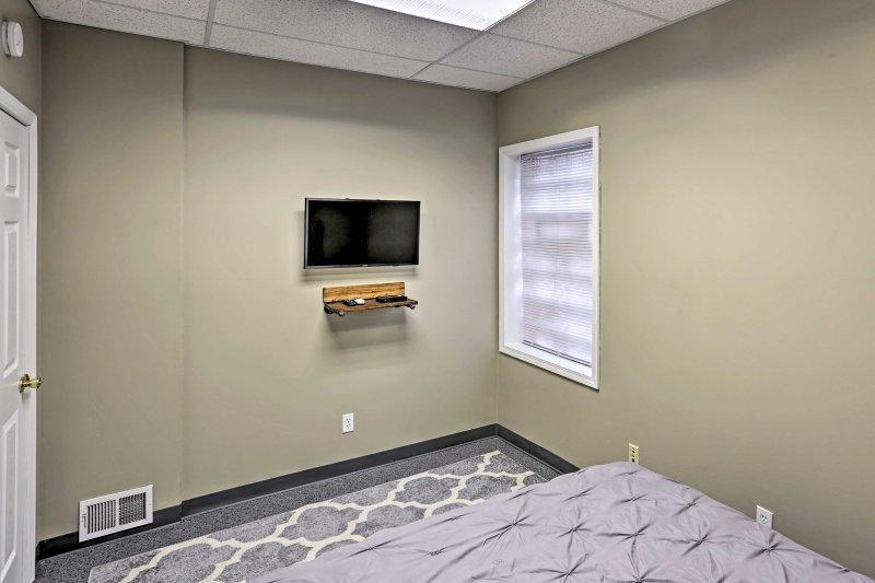Ogni camera dispone di una TV a schermo piatto.