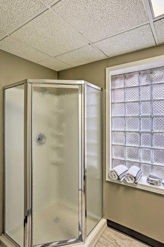 Rimanere fresco per avventure quotidiane in questo bagno completo con doccia stand-up.