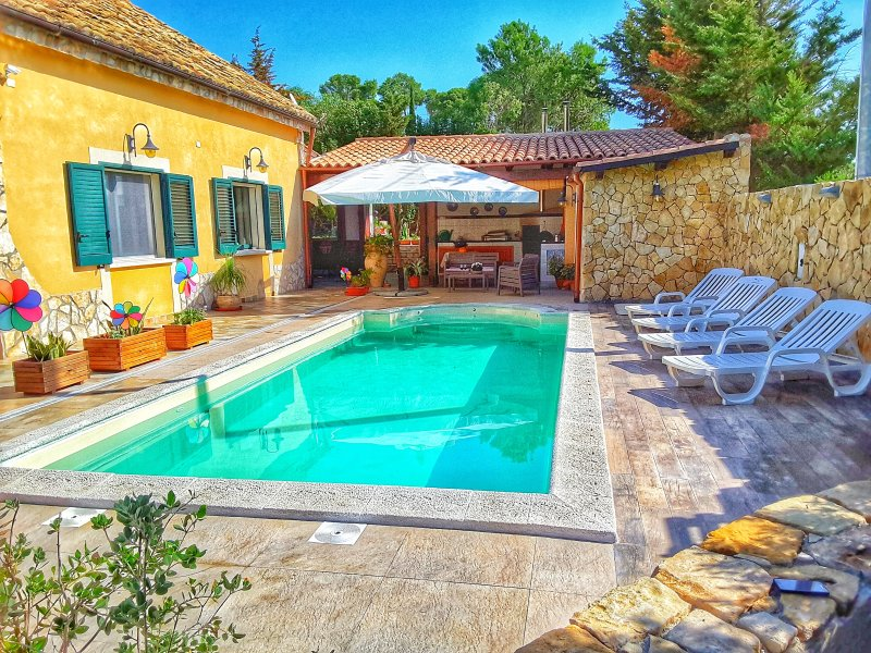 Cozy and comfortable country villa near the sea with a new pool, holiday rental in Salemi