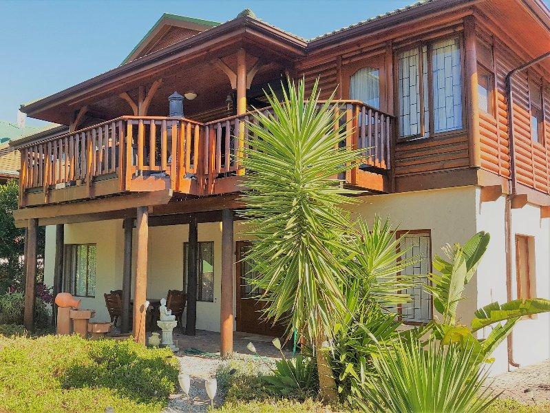 Frente de la propiedad con casa principal arriba, con la planta baja piso de 2 habitaciones para huéspedes