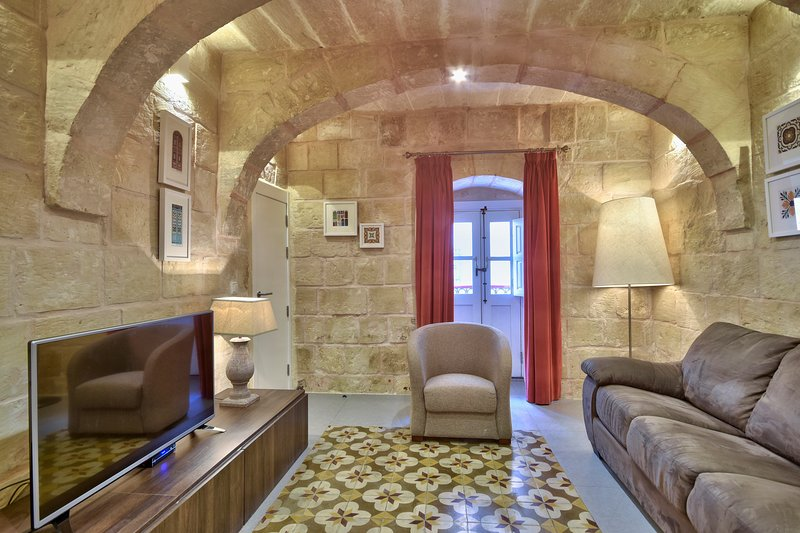 SPACIOUS 2 BEDROOM APARTMENT (OR 21), vakantiewoning in Valletta