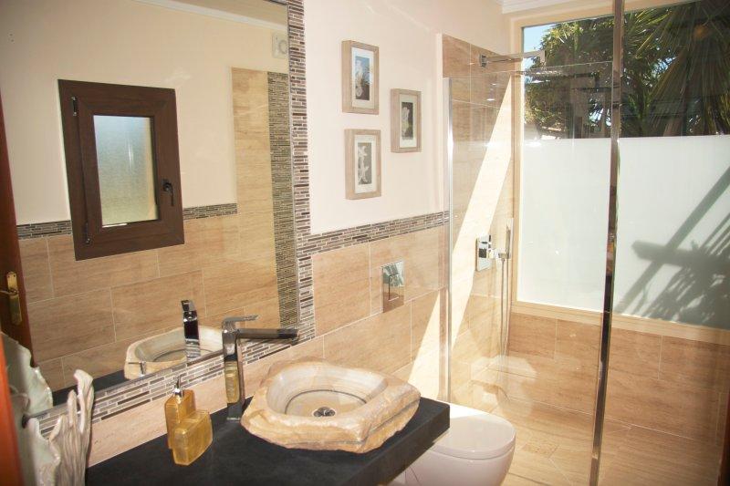 Salle de bains nº 5 dans la suite, lavabo, toilettes, chauffage, sèche-cheveux, puits de lumière