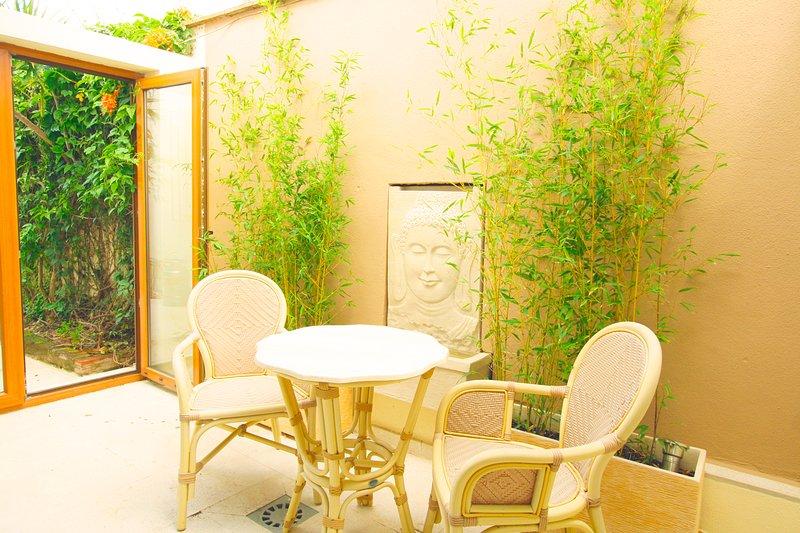 Patio privé, avec fontaine Bhuda avec la lumière. vous pouvez accéder directement à la piscine et le jardin