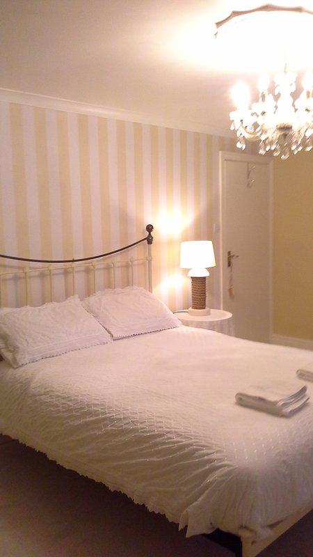 Quarto com cama de 5 pés com cabeceira de bronze e uma muito confortável colchão Hypnos