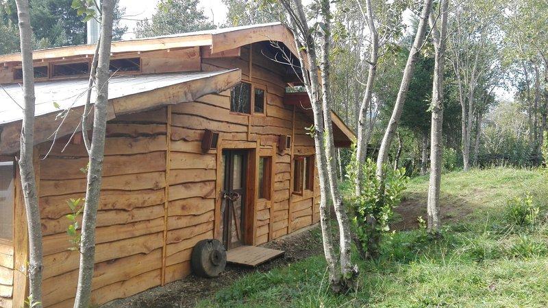Cabaña Rústica Galpón con río Trancura, entorno natural, Pesca, alquiler vacacional en Pucón