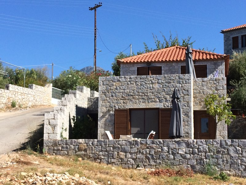 Leonidas stone houses near beach 50 meters away from tavern with local food, location de vacances à Omales