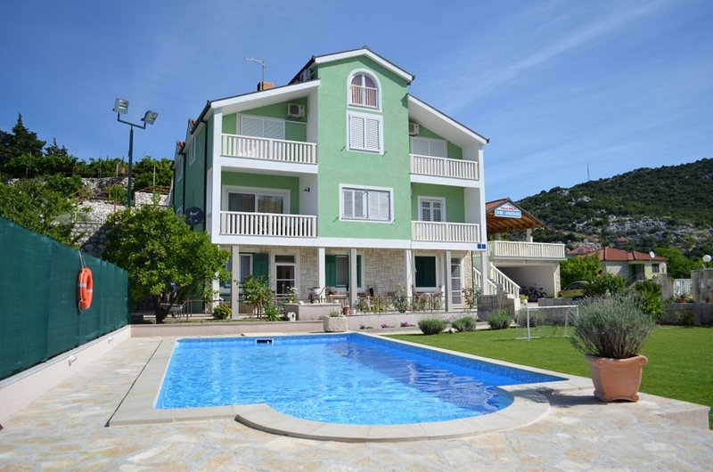 Apartment with swimming-pool, holiday rental in Otric-Seoci