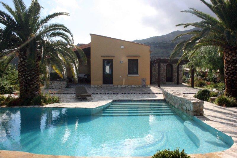 Villa Cialoma con piscina vista paradiso vista Golfo di Castellammare, holiday rental in Villaggio Sporting