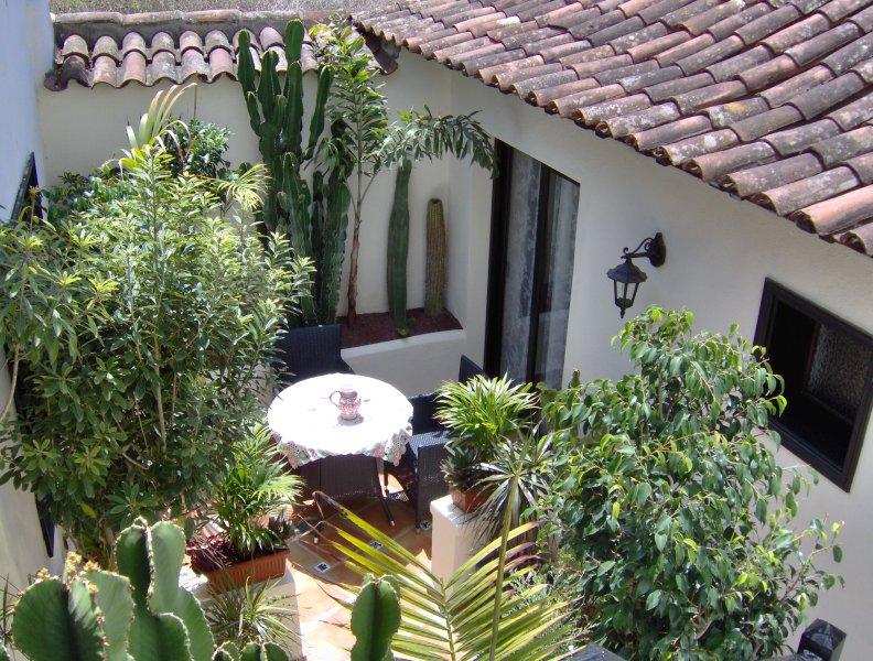 Rustic holiday home with small patio-terrace, location de vacances à El Amparo