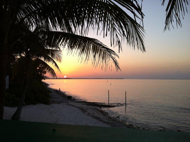 Schöner Sonnenuntergang vom Deck des Eigentums.