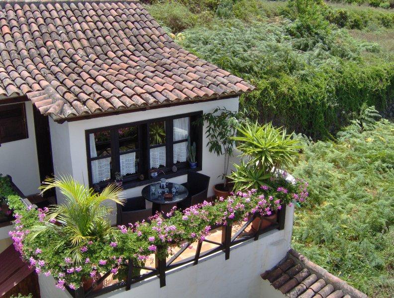 Rustic holiday home with balcony and sea view, location de vacances à El Amparo