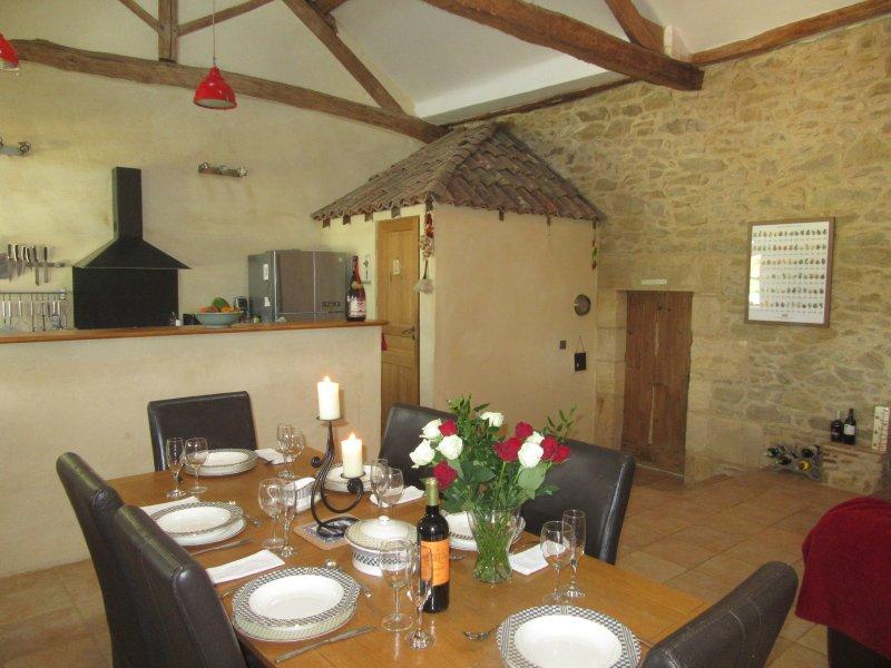 salle à manger à l'intérieur en plan ouvert salon, salle à manger, coin cuisine