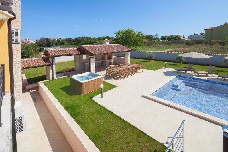 Newly renovated spacious villa with 80m2 pool, jacuzzi, billiard, large garden, casa vacanza a Banjole