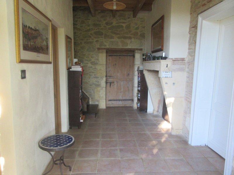 Hall d'entrée menant aux chambres en bas, 2ème étage et salon ouvert, cuisine, salle à manger