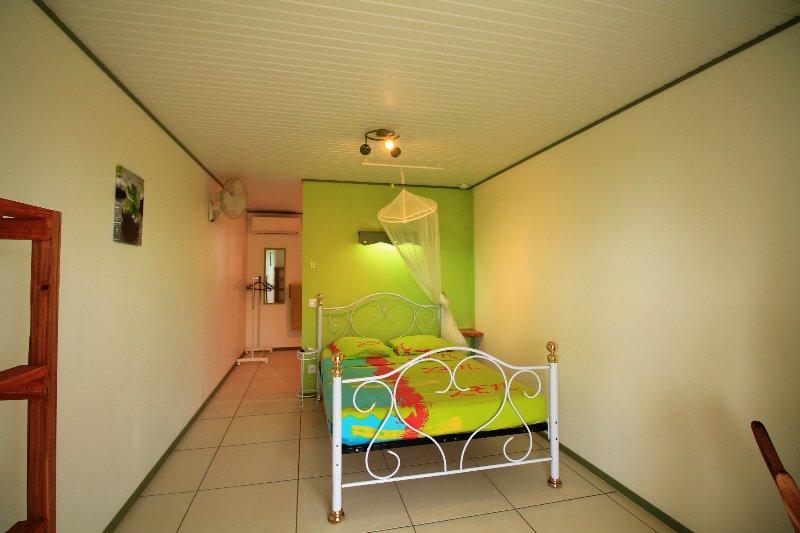 su habitación en tonos de verde
