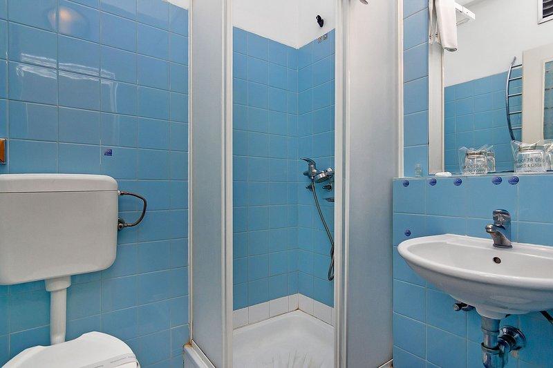 R16 (2): bagno con wc