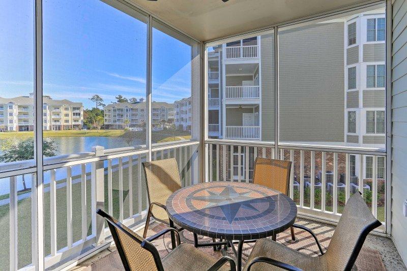 Este apartamento acomoda 6, com uma piscina no local, churrasqueiras e caminhos pedestres para desfrutar