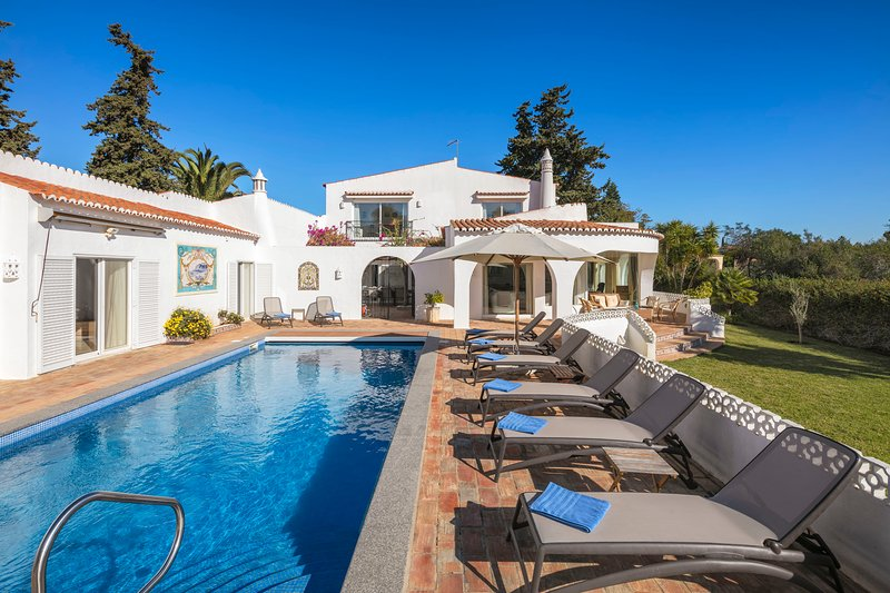 Casa Leão - Lovely 4 bedroom villa with stunning sea views, jacuzzi and pool!, vakantiewoning in Carvoeiro