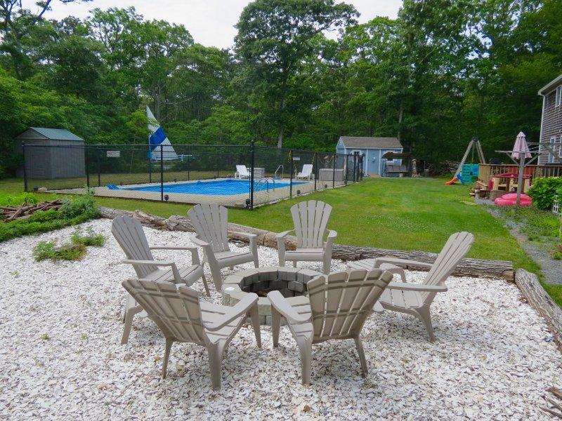 Esta casa ofrece un espacio excepcional para vivir al aire libre, que incluye una excelente hoguera y una piscina sobredimensionada en el suelo