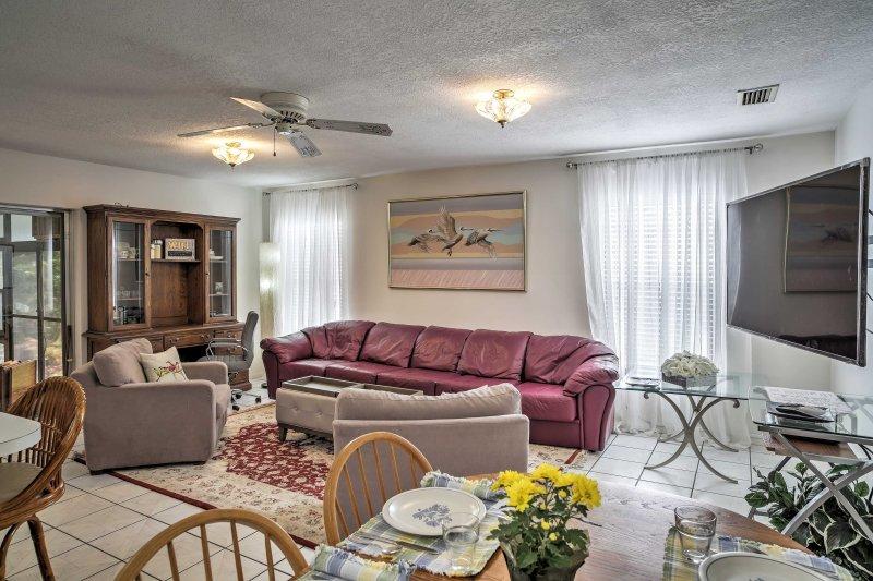 L'espace salon décoré avec goût, offre tout ce dont vous aurez besoin pour une maison loin de la maison d'expérience, y compris un espace bureau et un accès Internet sans fil gratuit.