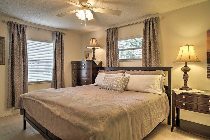 Allongez-vous dans le lit king-size pour dormir une nuit de luxe.